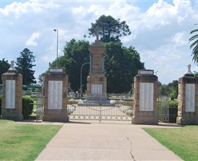 Warwick War Memorial and Gates - Taree Accommodation