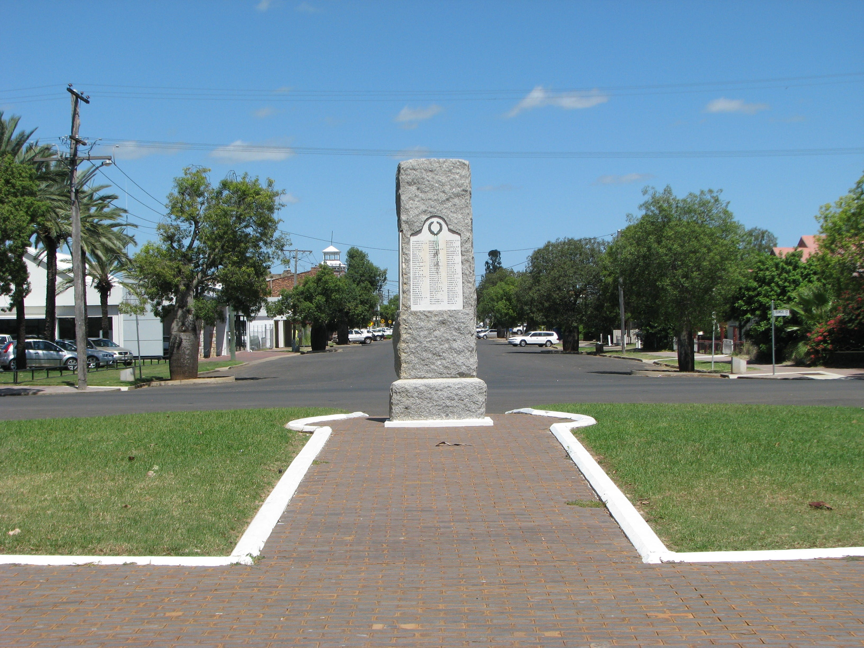 War Memorial and Heroes Avenue Roma - Taree Accommodation